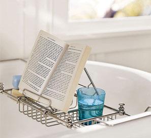 Leer en la bañera con un atril adaptado