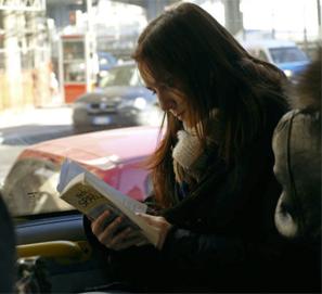 Zaragoza Lee: los libros que viajan en el autobús
