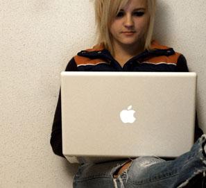 Online significa conectado, digital, electrónico o en línea