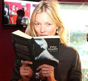 Kate Moss lee 50 sombras de Grey