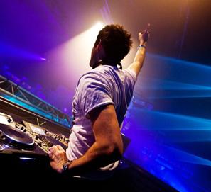 El plural de DJ.