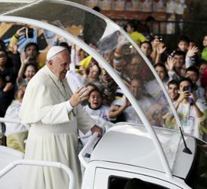 El papa se traslada en papamóvil.