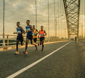 Se dice el maratón y la maratón, maratoniano y maratonista